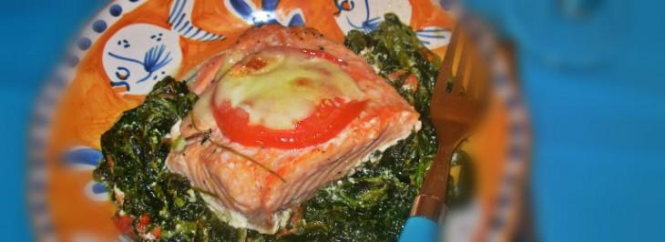 Pavé di salmone con spinaci, pomodori e mozzarella