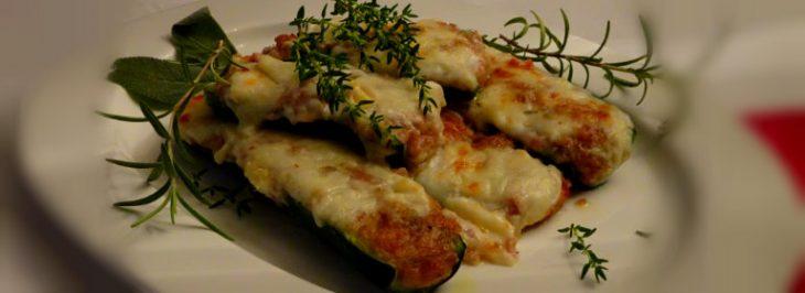 Barchette di zucchine ripiene di salsiccia e prosciutto
