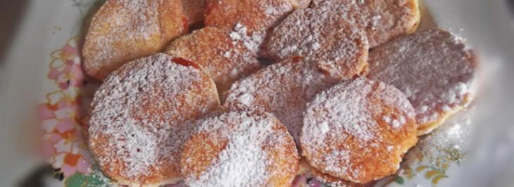 Biscottini morbidi al miele con confettura di fragole e albicocche