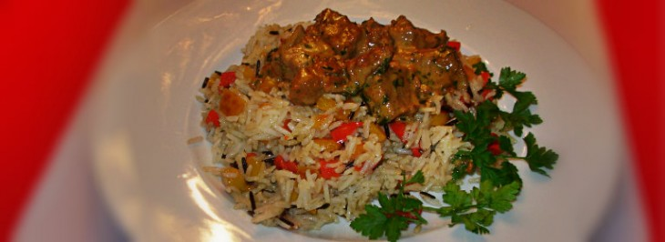 Insalata di riso selvaggio e basmati con peperoni e bocconcini di carne