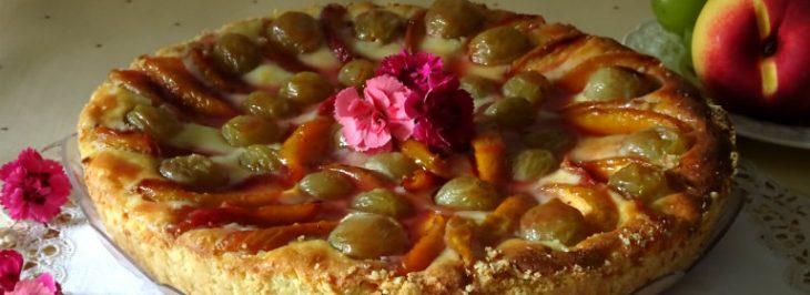 Crostata di ricotta con pesche e uva
