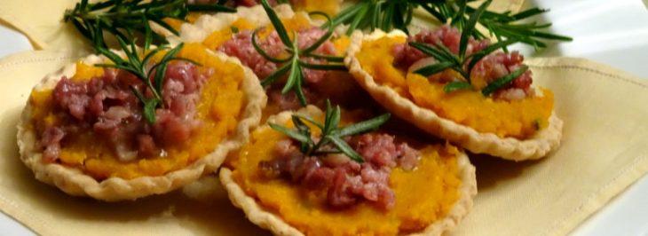 Crostatine con zucca, amaretti e salsiccia
