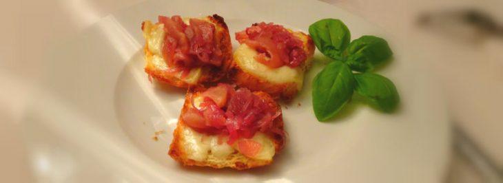 Crostini caldi con cipolle di Tropea e pecorino