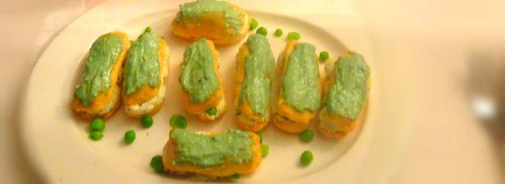 Mini éclairs alla mousse di formaggi e piselli