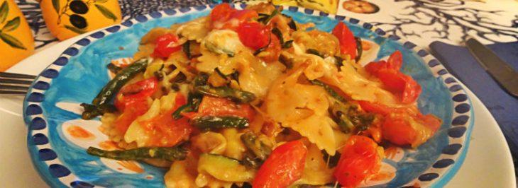 Farfalle con zucchine, fagiolini e mozzarella