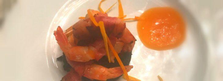 Gamberi nel bacon con polenta nera