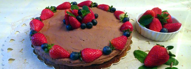 Gâteau mousse al cioccolato e frutti di bosco