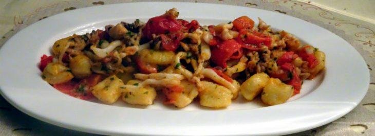 Gnocchi di patate con seppioline e pomodorini