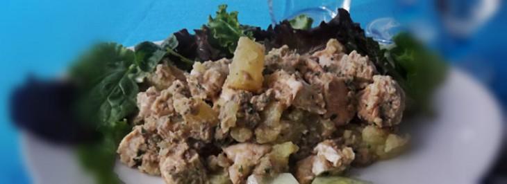 Insalata di patate e pollo con salsa al tonno
