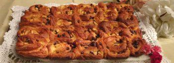 Lumache di pasta brioche dolce con mele, cioccolato e cannella