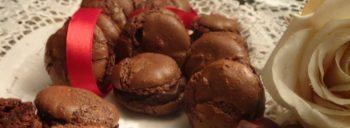 Macarons al cioccolato con ganache al caramello