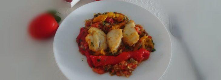 Filetti di merluzzo con pomodori e peperoni