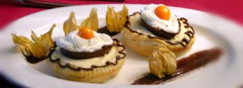 Mousse di cioccolato bianco in tartellette di sfoglia con ovetto e chantilly
