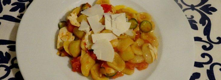 Orecchiette con pomodori, zucchine e ricotta salata
