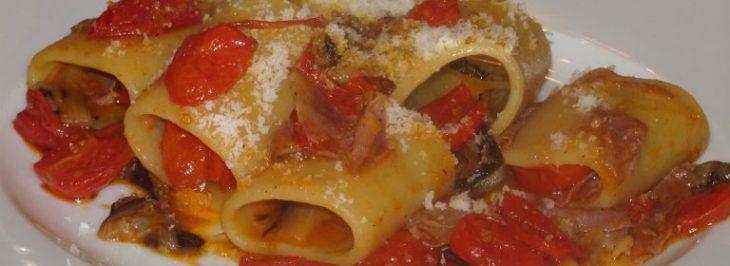 Paccheri al radicchio, prosciutto e pomodorini