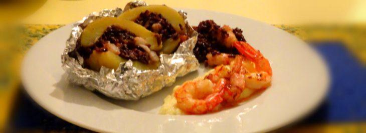 Patate farcite con riso nero, zucca e gamberi