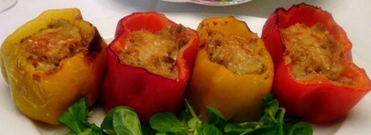 Peperoni al forno ripieni di salsiccia e patate