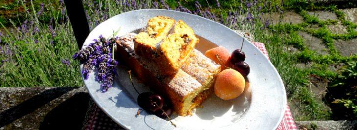 Plumcake soffice alle albicocche, mandorle e gocce di cioccolato