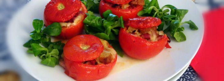 Pomodori ripieni con mozzarella, pancetta affumicata e crostini