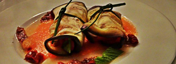Rotolini di melanzana con bufala, pomodorini e pomodori secchi