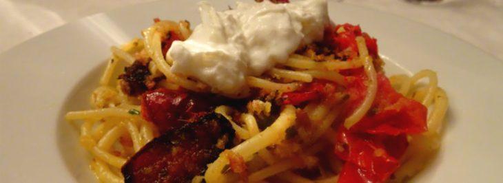 Bucatini all'aglio con pomodori al forno e burrata