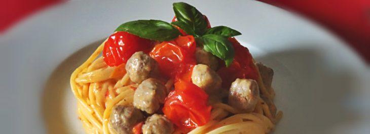 Spaghetti con pomodorini, ricotta e polpettine di carne