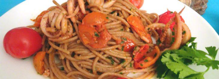 Spaghetti di farro con calamari, peperoncino e pomodori