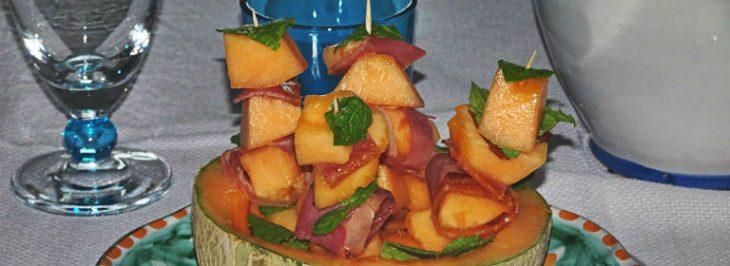 Spiedini di melone con prosciutto croccante e menta