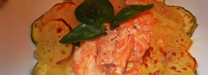 Tagliata di salmone al forno con patate e zucchine grigliate