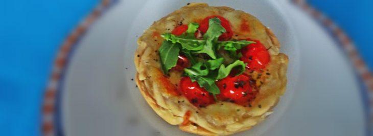 Tartellette salate con mozzarella, pomodorini e rucola