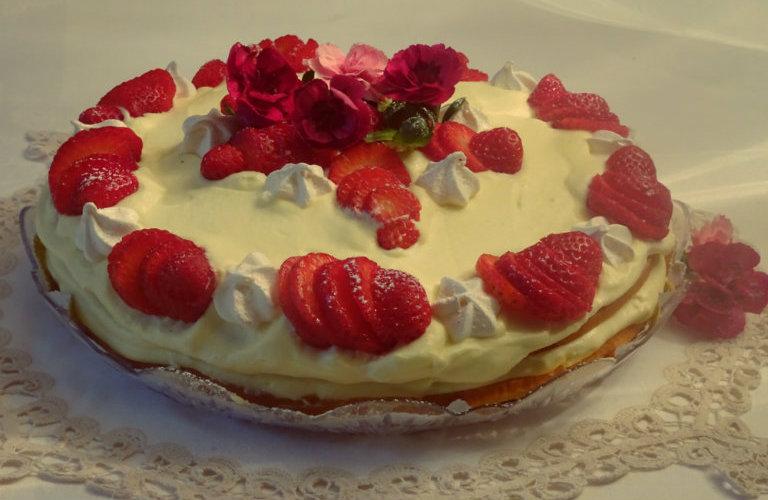 gm-torta-alla-crema-di-mascarpone-fragole-meringhette-piatto-gallery-13a