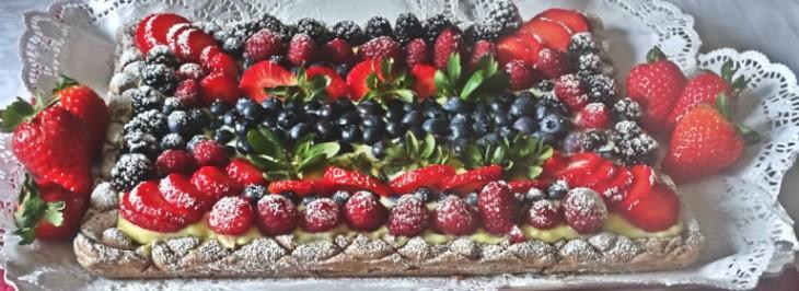 Torta al cioccolato con frutti di bosco e crema
