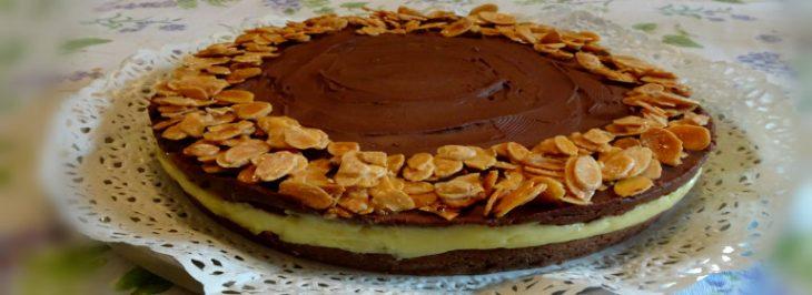 Torta con crema pasticcera, ganache al fondente e mandorle caramellate