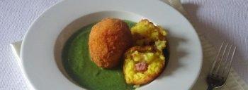 arancini di riso giallo con prosciutto e mozzarella
