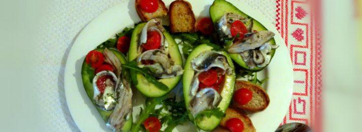 Avocado con sardine marinate e pomodorini