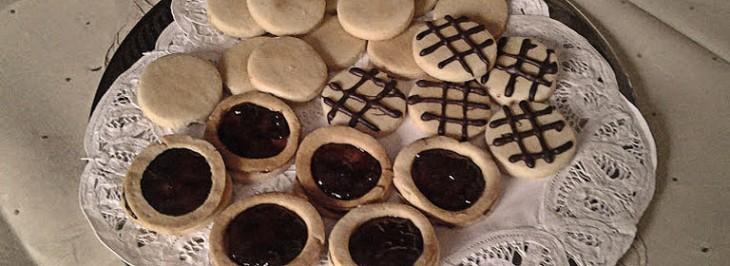 Varietà di biscottini alle mandorle con cioccolato e confettura di frutti di bosco