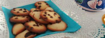 Biscottini ai due sapori con gocce di cioccolato e confettura