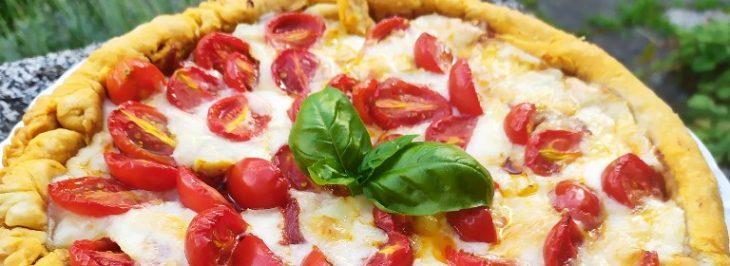 Crostata al basilico, pomodori, cipolle rosse e formaggio di capra