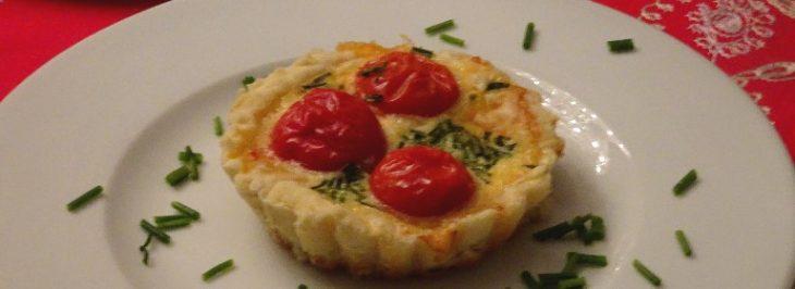 Crostatine salate con scaglie di Parmigiano e pomodorini