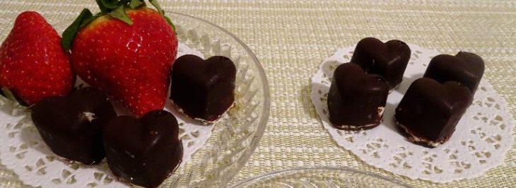 Cuoricini di cioccolato con ripieno morbido alle fragole