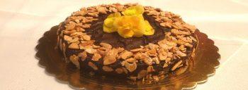 Dolce al cioccolato fondente e mandorle caramellate