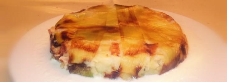 Gateau di patate e porri con fonduta di formaggio e asparagi
