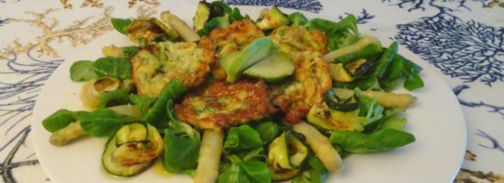 Insalata estiva con frittatine  di zucchine a julienne