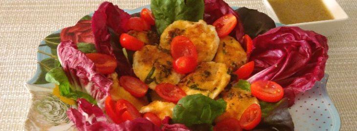 Insalata di radicchio con pomodorini, frittelle di mozzarella e salsa di acciughe