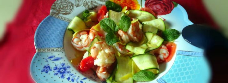 Insalata di zucchine, gamberi e pomodori