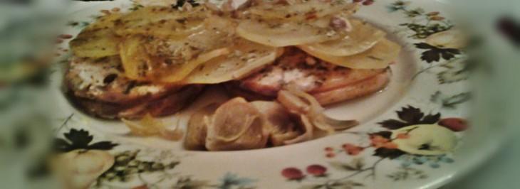 Medaglioni di salmone al forno con patate al velo e tagliata di carciofi