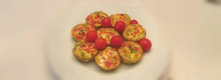 Mini quiche con piselli e pomodori