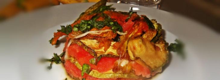 Parmigiana di zucchine e mozzarella con fiori di zucca