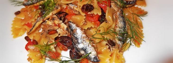 Pasta profumata con alici, pinoli, uvetta e pomodorini