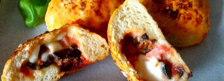 Pizza balls con pomodoro, mozzarella, prosciutto e olive nere